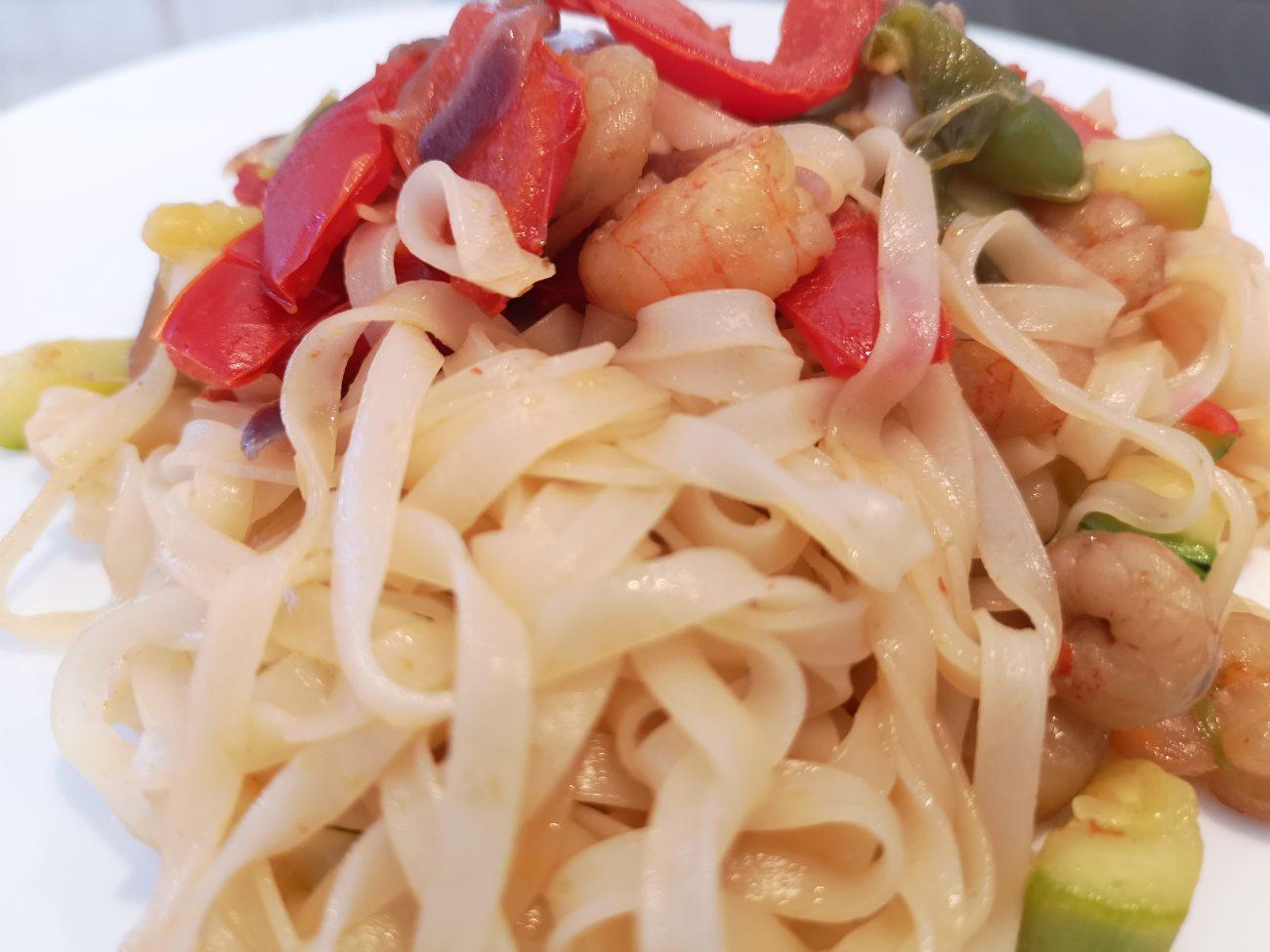 Noodles con verduras y gambas