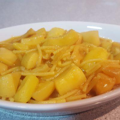 sepia con fideos y patatas